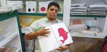 الدكتور محمد الزياتي يعرض كتب بطريقة برايل في معرض الكتاب