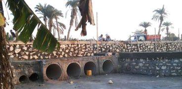 ترميم طريق قرية الفقيرة بعد تضرره من السيول في بني سويف