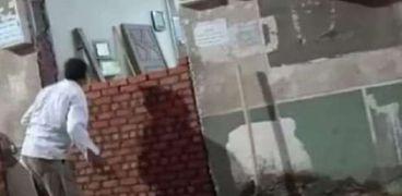 كارثة.. مواطن يستولي على مصلي بالفيوم ويسد أبوابه بالطوب (فيديو)