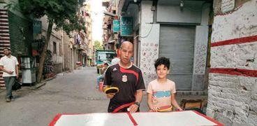 «عزيز» يلعب البينج بونج في الشارع