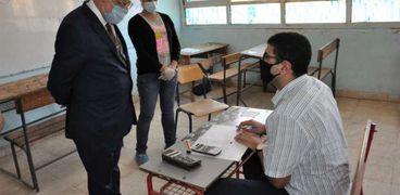 الدكتور طارق شوقي وزير التعليم أثناء تفقده إحدى اللجان «أرشيفية»