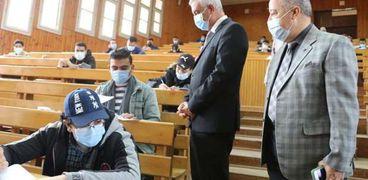 مبارك يتفقد الإمتحانات
