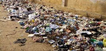 أهالي أبو عطوة يتضررون من تراكم القمامة 3 أيام الزبالة تحاوط مدرسة ووحدة صحية.