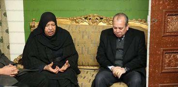 محافظ كفر الشيخ خلال تقديمه العزاء لوالدة القتيلة