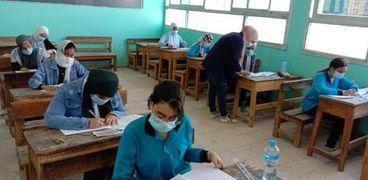 طلاب الشهادة الإعدادية أثناء أداء أحد الامتحانات