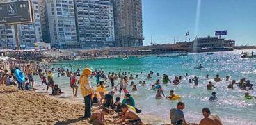 شواطئ الإسكندرية مزدحمة