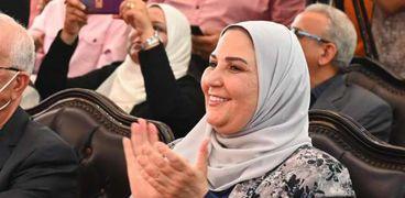 وزيرة التضامن فى مجمع الخدمات المتكاملة بحى الأسمرات