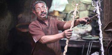 «مصطفى» داخل ورشة والده لسبك المعادن
