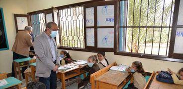 محافظ الإسماعيلية داخل مدرسة بلال ابن رباح