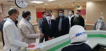 محافظ الإسماعيلية يتفقد مجمع الإسماعيلية الطبي
