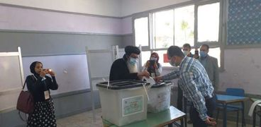 بالصور - الأنبا إبرام يدلي بصوته في أول أيام الاقتراع بالفيوم