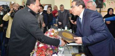 """""""القوى العاملة"""" تكرم وكيل وزارة الشباب ورئيس مدينة الحسينية بالشرقية"""