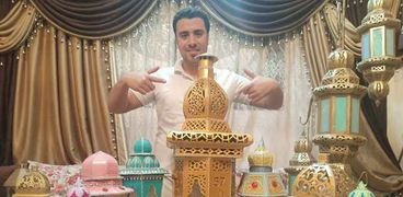 «محمد» يصمم فوانيس من ورق الكارتون