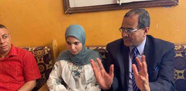 رئيس جامعة سوهاج يكرم طالبة شاركت في برنامج محو الأمية