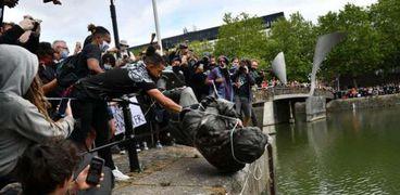 متظاهرون بريطانيون يلقون تمثال تاجر الرقيق إدوارد كولستون فى نهر بريستول