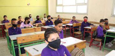 طلاب يلتزمون بالاجراءات الوقائية في المدارس