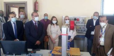 الوفد الروسي خلال زيارته مدرسة الضبعة النووية