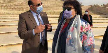 الدكتورة إيناس عبد الدايم وزيرة الثقافة محافظ أسوان خلال تفقد المشروعات الثقافية بالمحافظة