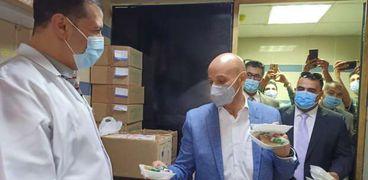 وكيل «صحة الشرقية» يوزع الحلوى على المرضى والعاملين في عيد الفطر
