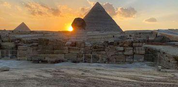 غروب  الشمس على الكتف الأيمن لتمثال أبو الهول.
