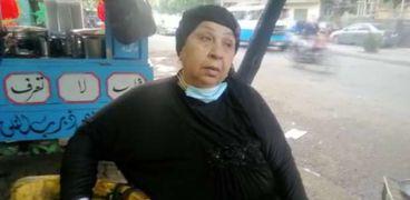 فاطمة كشري تجلس أمام العربية