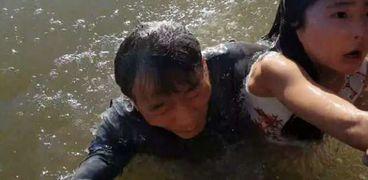 أسد البحر يخطف طفلة