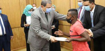 وزير القوى العاملة ومحافظ قنا يسلمان40 عقد عمللذوي الهمم