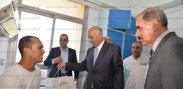 محافظ أسيوط يتفقد مستشفيات الصحة والشرطة لتهنئة المرضى بالعيد ويقدم الهدايا لهم