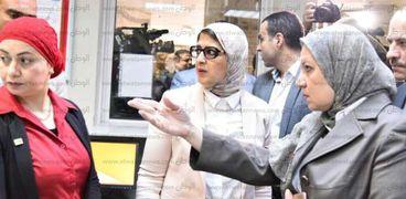 وزيرة الصحة خلال زيارتها لمركز الدم الإقليمي بالإسماعيلية