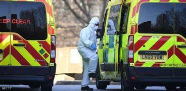 سيارات اسعاف تنقل مصابين بكورونا فى بريطانيا