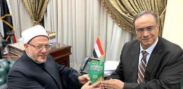 """الدكتور خالد القاضي رئيس محكمة الاستئناف يهدي كتابه """"مولد أمة"""" للمفتي"""