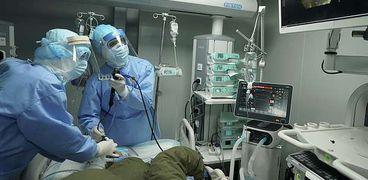 أطباء يحاولون معالجة مريض كورونا