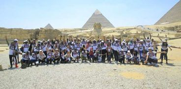 أعضاء البرنامج الرئاسي لتأهيل الشباب الأفريقي للقيادة في حرم الأثار المصرية