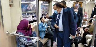 حملات داخل عربات مترو الأنفاق لضبط المخالفين لتعليمات ارتداء الكمامات لمواجهة كورونا