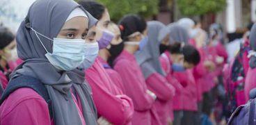 صورة أرشيفية لطالبات يرتدين كمامات طبية