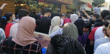 ازدحام أمام مطعم أحمد حسن وزينب في شارع 9 بالمعادي