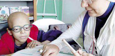 أحد أطفال مستشفى السرطان أثناء حصة تعليمية