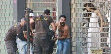 إجلاء أحد المصابين في بيوروت أثناء أحداث العنف في لبنان واندلاع الاشتباكات