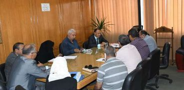 اجتماع سكرتير عام محافظة الإسماعيلية مع رؤساء الأحياء