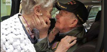 بعد 75 عام من الفراق عاشقان يلتقيان بسبب صورة احتفظ بها المحارب