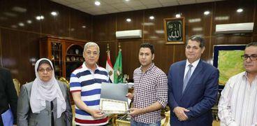 محافظ المنوفية يوزع مساعدات على أسر ضحايا حريق جرار محطة مصر