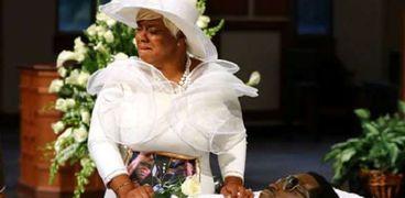 زوجة ريتشارد بروكس تلقى نظرة الوداع على جثمانه
