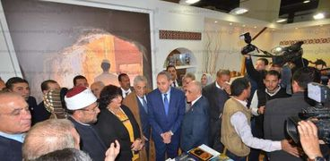 الوزراء المشاركون فى افتتاح الدورة الـ49 لمعرض الكتاب خلال تفقدهم أجنحة المعرض