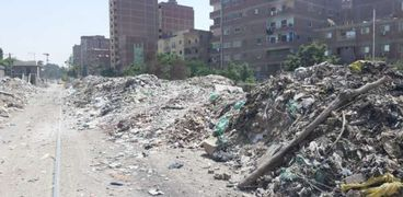 إزالة تراكمات القمامة بجوار السكة الحديد