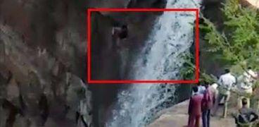 وفاة رجل سقط من شلال ارتفاعه 50 مترًا خلال التقاط سيلفي