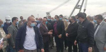 وزير النقل يتفقد ميناء سفاجا وعدد من المشروعات والطرق بالبحر الأحمر