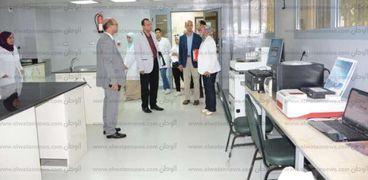 وفد وزارة التعليم العالي يتفقد وحدة بحوث البيولوجيا الجزيئية بجامعة أسيوط إستعدادا لبدء الدراسة