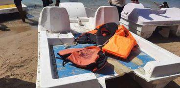 اللايف جاكت الخاص بالبدال على شواطئ الإسكندرية
