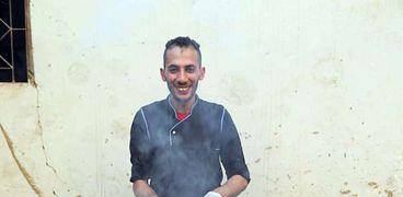 «أحمد» يعد وجبة إفطار من «الدجاج المشوى»