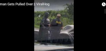 """الشرطة الكندية توقف سيارة شخص يرتدي أزياء """"باتمان"""" لالتقاط صورة تذكارية معه"""